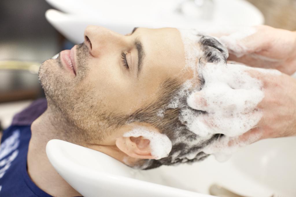 Massaggio cutaneo durante uno shampoo
